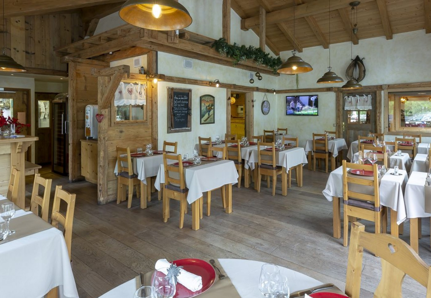 An Exceptional Restaurant In Front Of Thyez S Lakes And